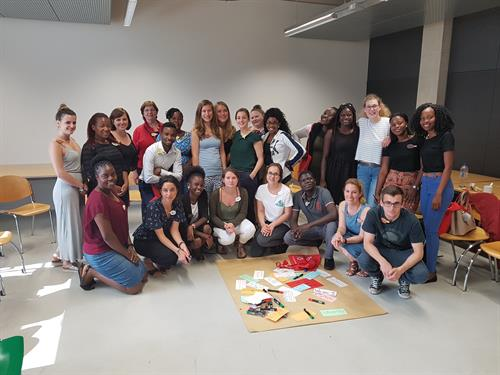 Group picture of zambian and german students in a seminar room.