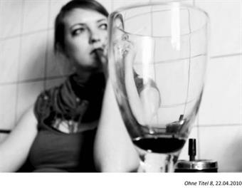 masterthesis black-white photo, glas of wine in the front, a women in a blurry background